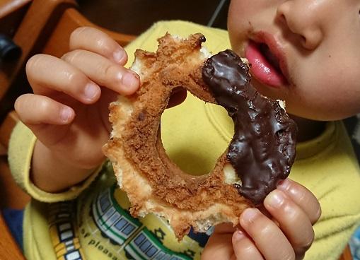 独特なドーナツの食べ方には理由があった!?3歳息子の予想外な深い答えにパパもびっくり!