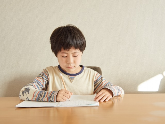 働くママでも子どもに習い事をさせたい!でも送迎が…。できそうな通信教育を探してみました!