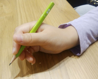 鉛筆の持ち方が変!!エンピツの正しい持ち方は?矯正するにはどうしたらいい??治す方法に選んだのはコレでした!
