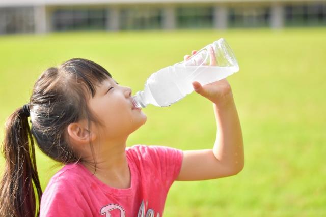 知らなかった!飲みかけのペットボトルを放置すると菌が増殖!?