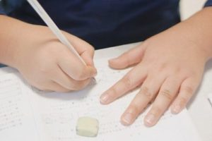 「学校で使う文房具はキャラもの禁止、シンプルなもの」というルールの中で小学生女子がした工夫。