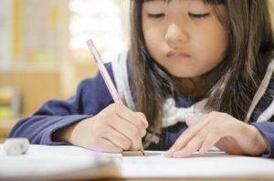 自分の書いた文字も読めない娘の字!!書き方教室(硬筆(鉛筆))のときだけキレイな字が書ける!?通ったほうがいいか悩みます。