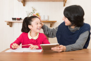 子どもを褒める時は「賢さ」と「努力」どちらを褒めるかで結果が大きく変わる