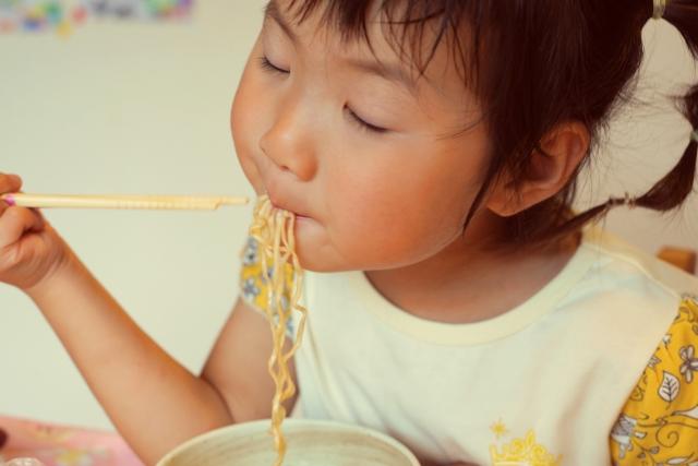 子どもに何歳から食べさせる?カップラーメン、チョコレート、ポテトフライ。