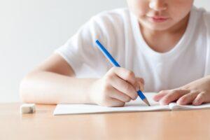 子どもが「なぞり書き練習」でつまずいたら試してみて!シールを使って「できた!」を体験|Ribbonの育児ブログ