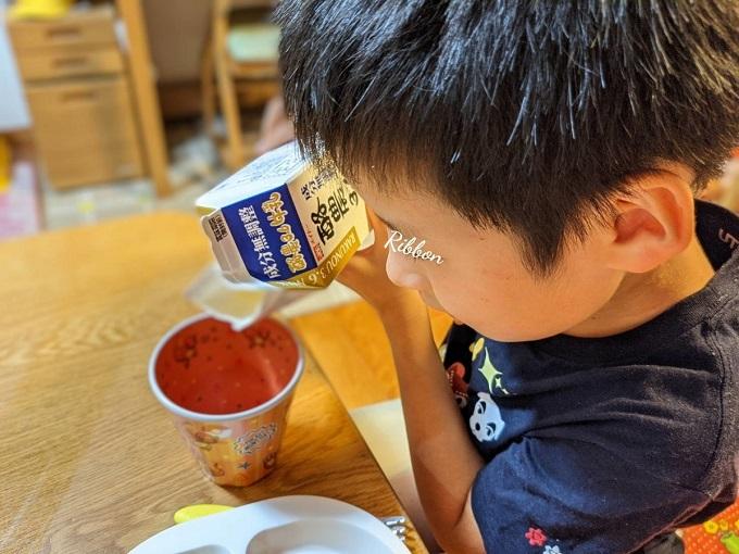 【自閉症】牛乳パックからコップに注ぐ練習方法!ちょっとした工夫で集中力もつく|Ribbonの自閉症児子育て