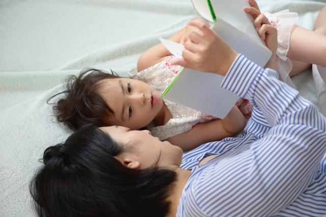 絵本の読み聞かせは子どものメリットだけじゃない?やり始めて気づいた親のメリットとは